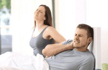 Par ligger i sengen med smerter