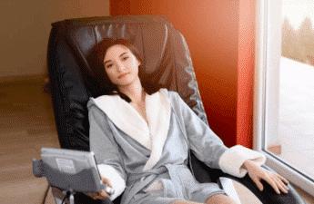 Kvinde i massagestol